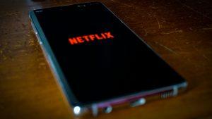 Netflix : les 5 meilleures séries à regarder en couple cet automne !