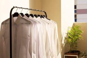 Découvrez ces astuces simples et efficaces pour repasser vos habits sans fer à repasser!
