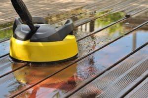 Voici les astuces incontournables pour nettoyer votre terrasse et enlever la mousse efficacement!