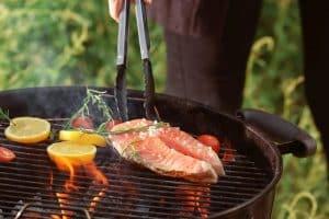 Barbecue, les astuces pour éviter que vos poissons ne collent à la grille!