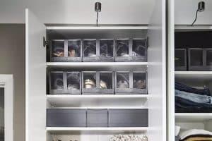 Découvrez les différentes manières de ranger vos chaussures lorsque la place se fait rare dans votre placard!