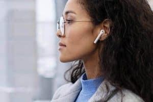 Quels sont les dangers que présente le fait de garder les écouteurs à l'oreille toute la journée?