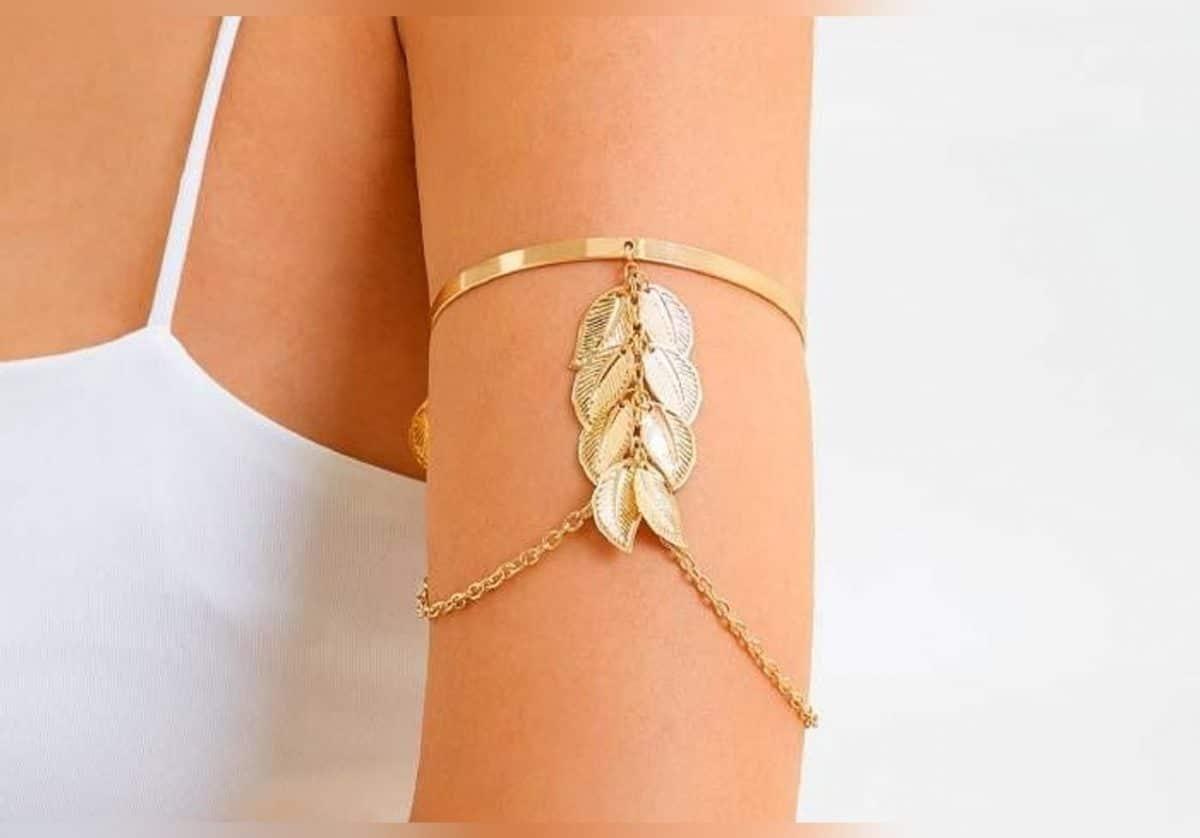 Découvrez les modèles de bracelets à bras qu'il faut porter pour replonger dans le style des années 2000!